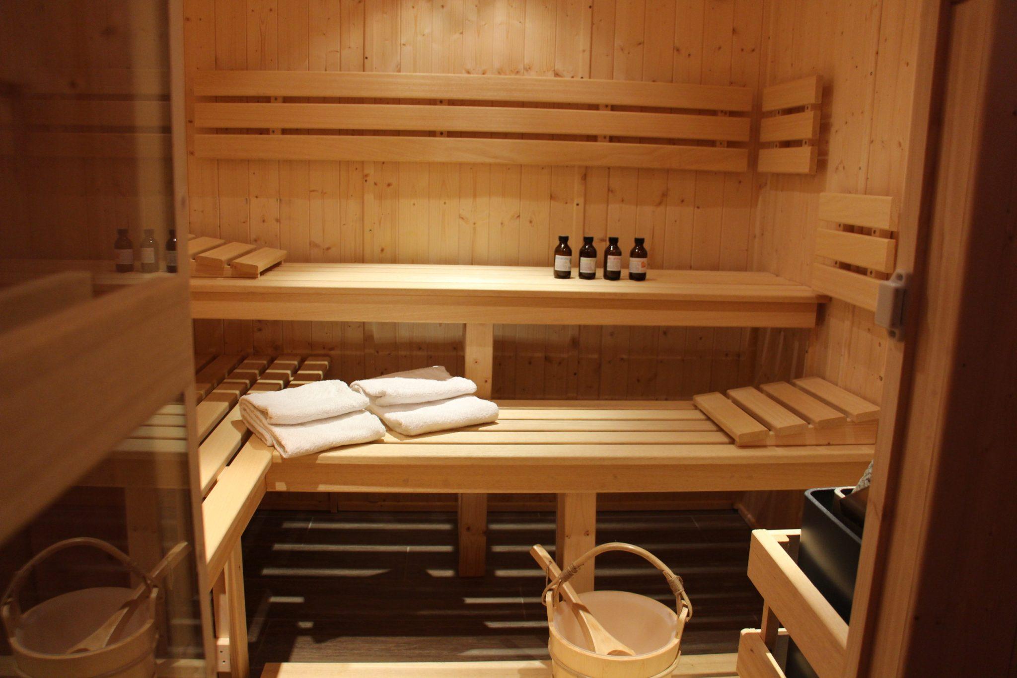 sauna roulotte et g te au domaine du petit moras. Black Bedroom Furniture Sets. Home Design Ideas